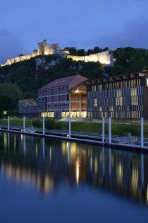 Vue lointaine, de nuit, de la Cité des Arts et de la Citadelle de Besançon